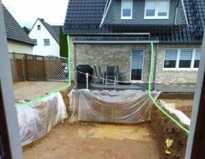 Baugrube vor Haus