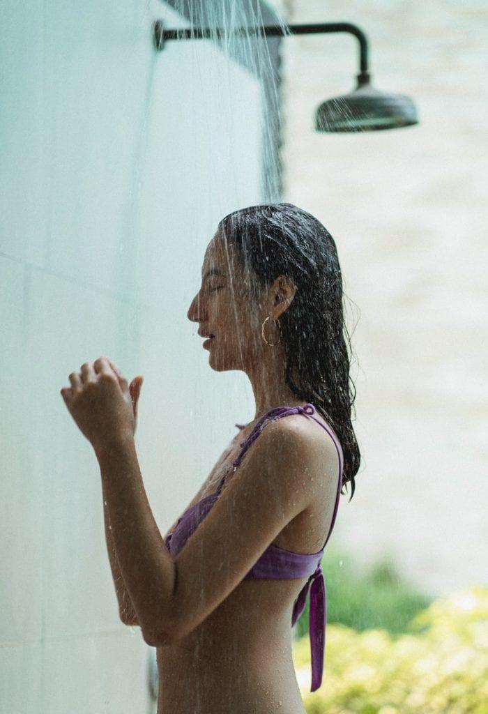 Gartendusche neben dem Pool als Wellnesserlebnis