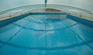 flache Glasüberdachung Pool