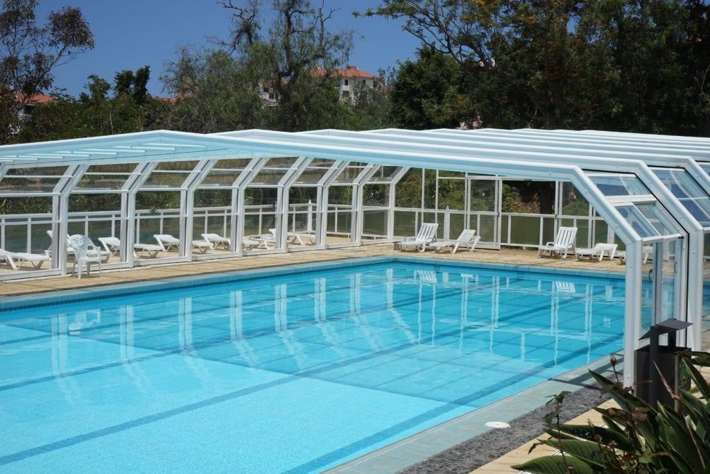Hohe Glasüberdachung für den Pool