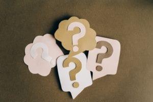 Frageeichen auf Zetteln