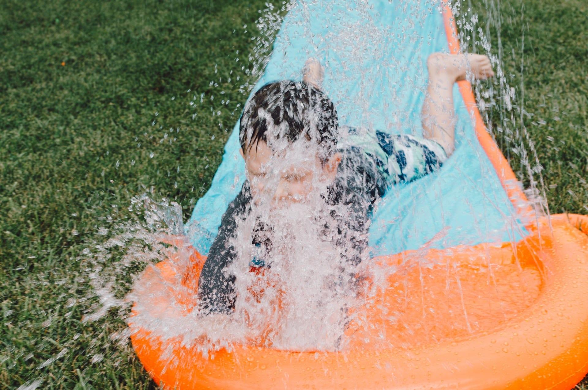 Kind beim Wasserspielen