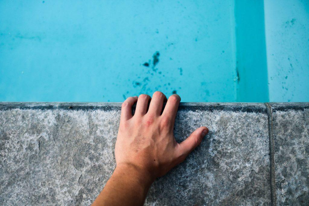 Wie reinige ich eine verschmutzte Poolfolie?