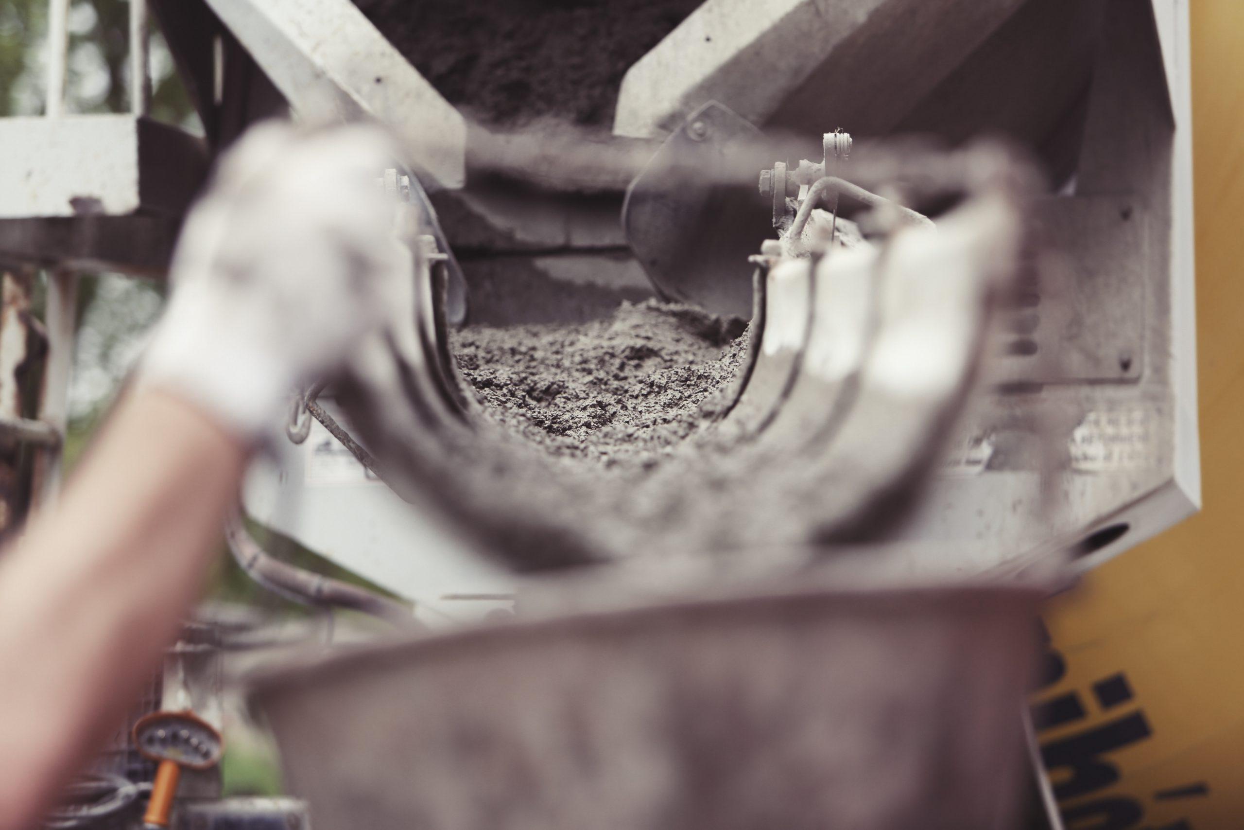 Beton fließt durch Maschine