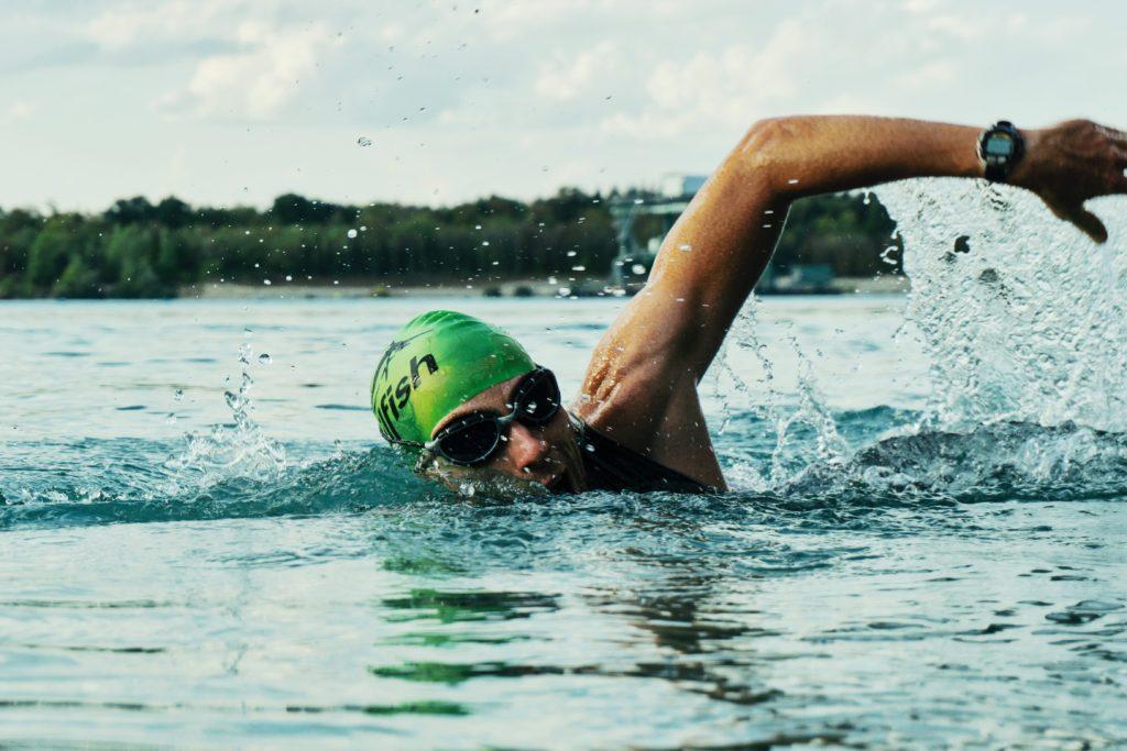 Mann schwimmt durch einen Pool